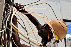 Veja como colocar fios elétricos no tubo