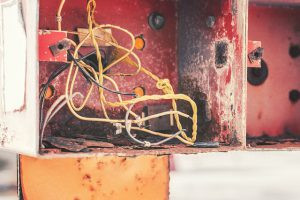 Esconda seus fios embaixo do piso