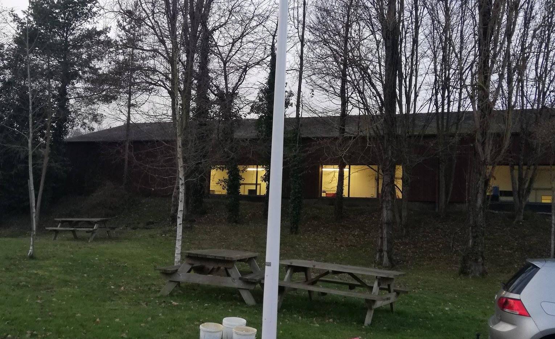 Pose de projecteur sur un parking