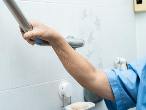איך למנוע נפילות בחדר האמבטיה?
