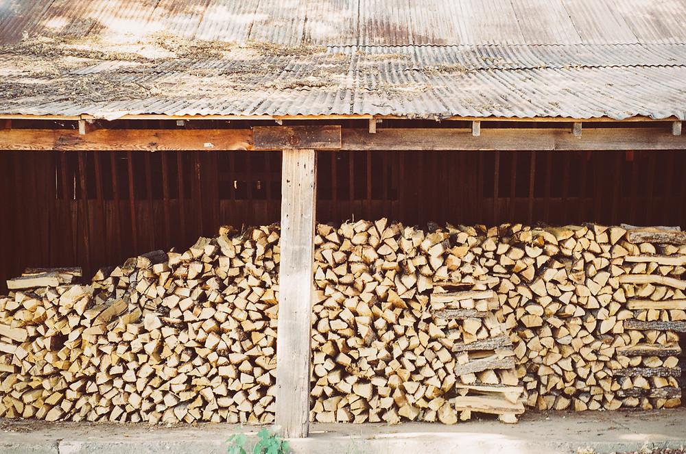Puupino, puilla lämmitys, halko, puuvarasto, saunapuut, pystykuoripiisi, kakluuni, pönttöuuni