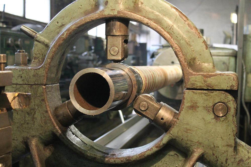 проточка трубы длинного гидроцилиндра Liebherr