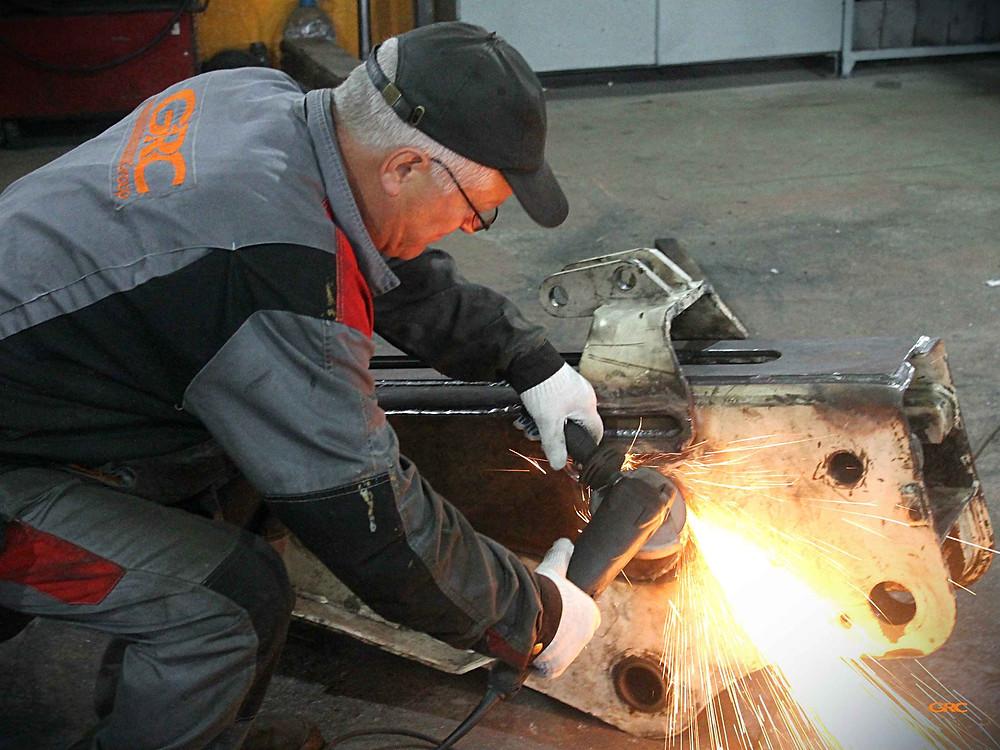 зачищаем сварочные швы после монтажа всех новых элементов на стрелу