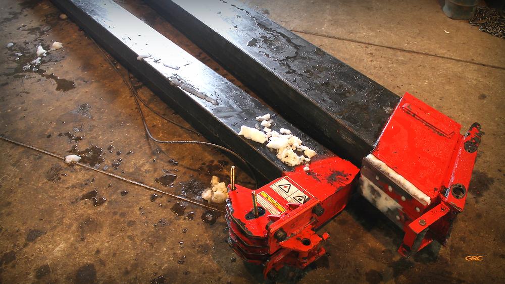 две выдвижные стрелы автокрана до ремонта