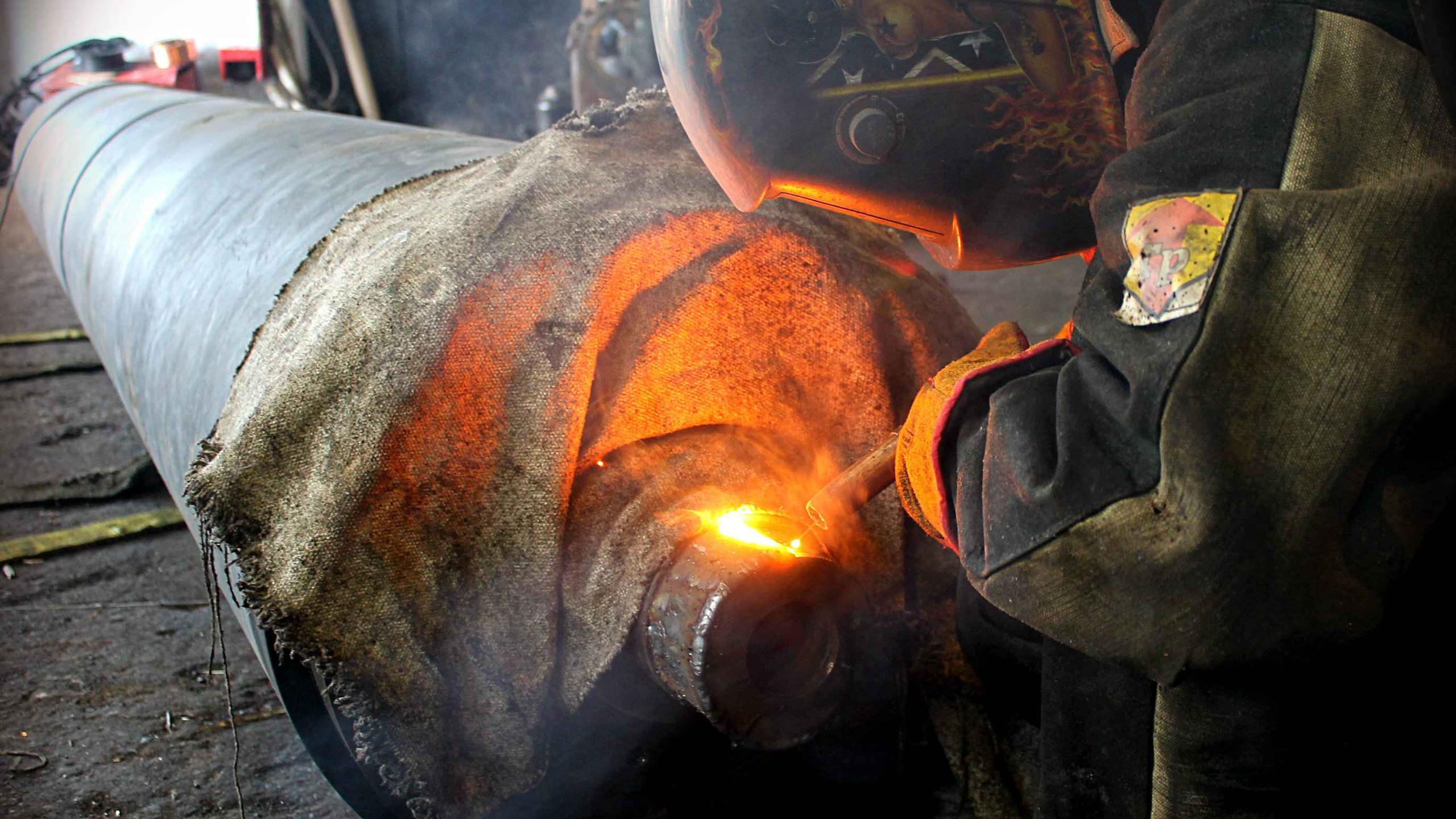 Наплавляем металл на шейки вала