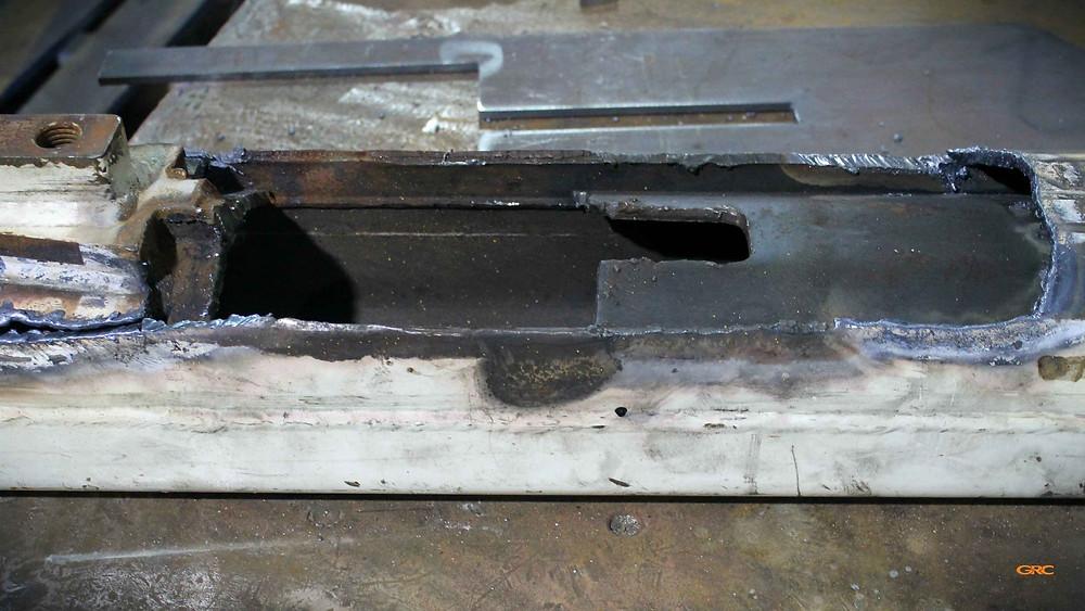 демонтироуем лопнувший метал внутри выдвижной секции стрелы экскаватора Terex