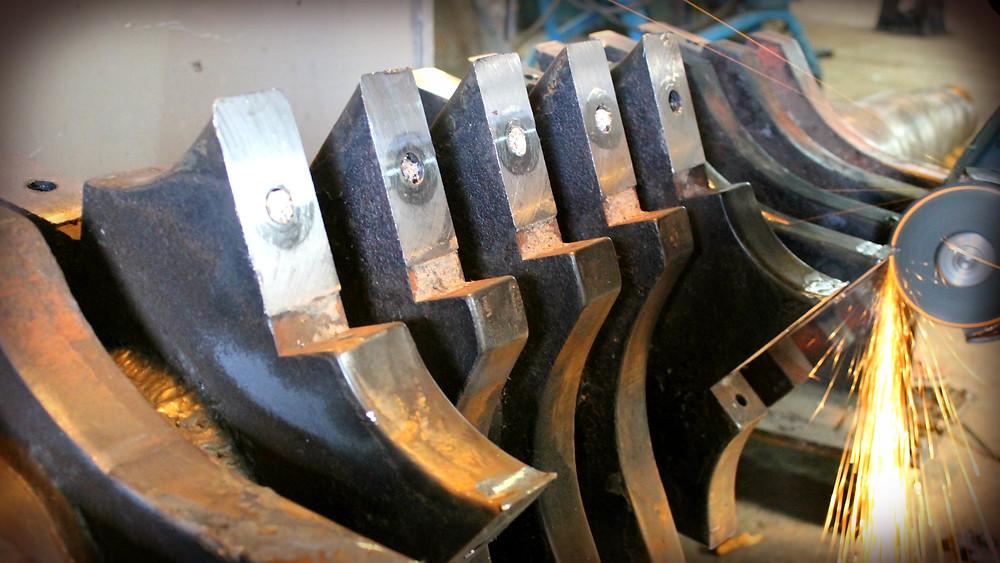 зачищаем сварочные швы на билах дробилки