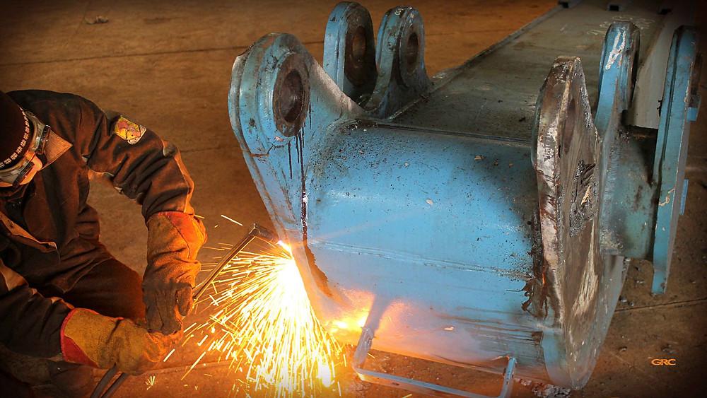 срезаем старые проушины с рукояти Фукс-320