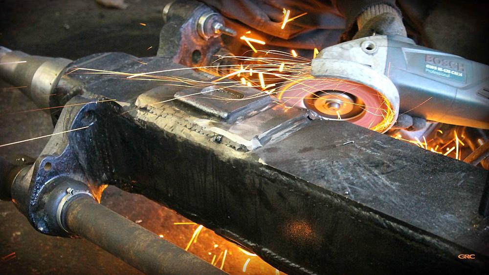 зачищаем сварочные швы после монтажа всех элементов