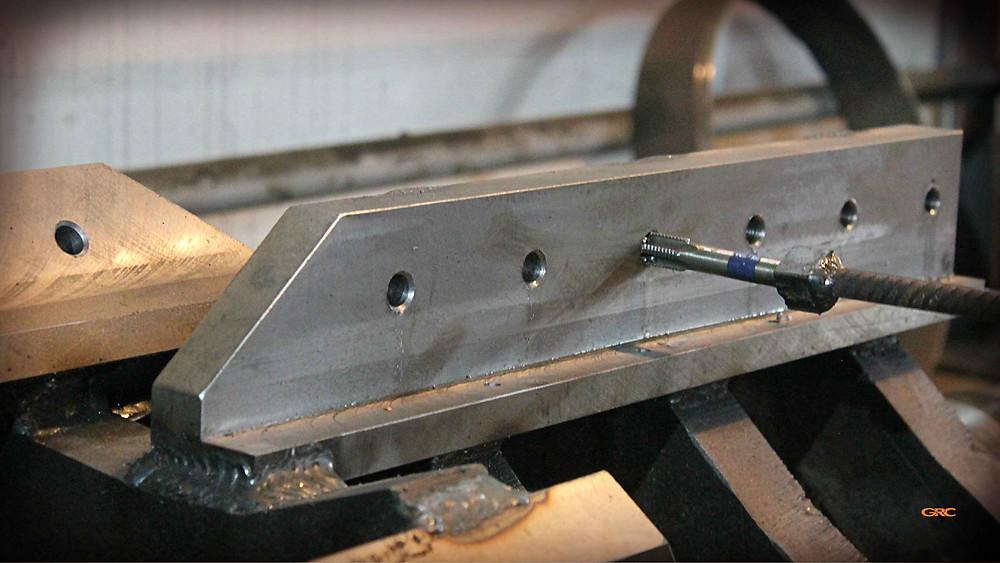 нарезаем резьбу на ложементах дробилки
