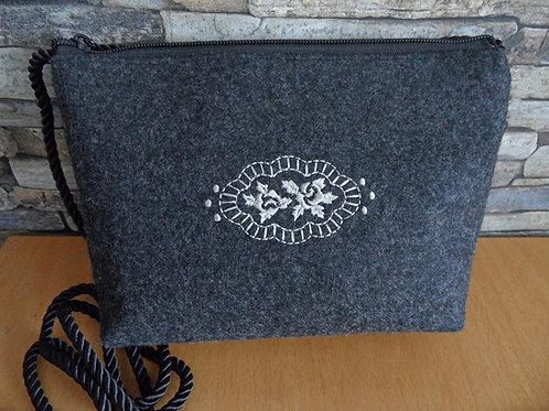 """Kordel-Tasche mit Stickerei """"Blüten-Emblem oval"""""""