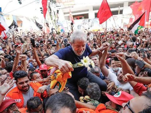 Lula aparece na liderança e derrota Bolsonaro