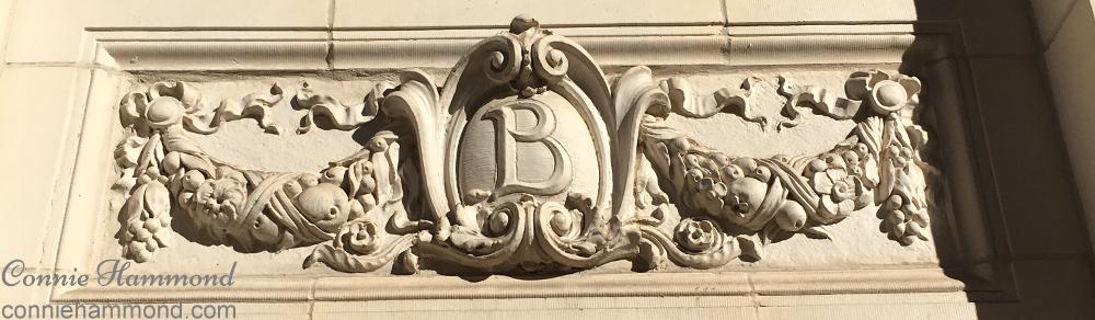 The Médaillon on the façade of the Belgravia