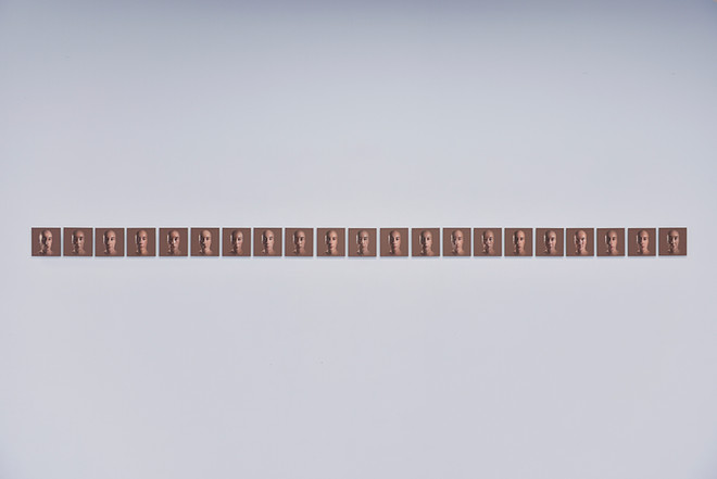 Cédric Tanguy, Autoportraits snap en lycéens (Terminale CGEA, Yvetot, 2018). 21 impressions sur alu-dibond, 10 x 10 cm.