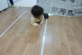 新聞びりびり遊び