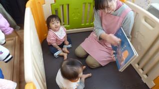 絵本の読み聞かせと積み木遊び