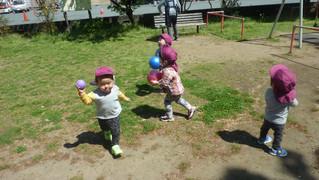 滑り台とボールを投げる