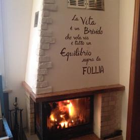 scritta dipinta su muro con angolo decor