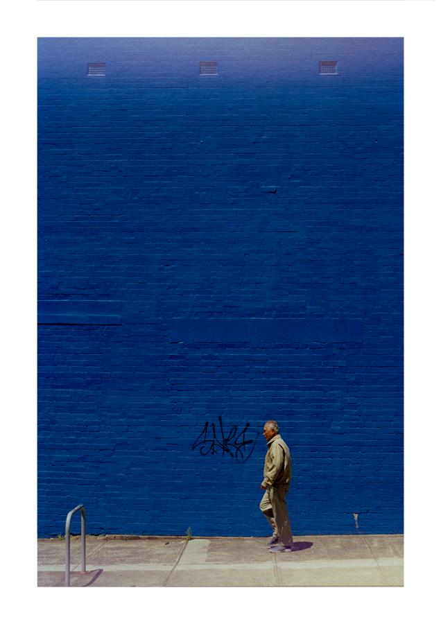 Blue wall man grafitti A1 - 594 x 841