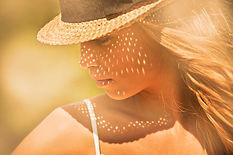 femme-soleil-chapeau-bronzage-visage-cil