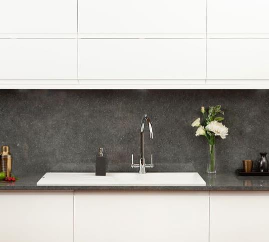 grey-quartz-brasilia-worktop-in-kitchen.