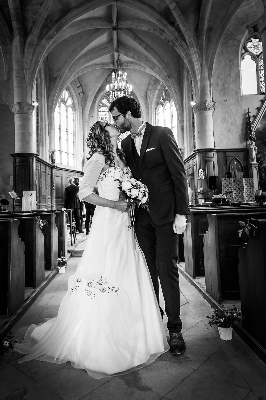 Que ce soit dans la mairie ou l'église je fais toujours une photo de couple dans l'allée de ce lieu devenu vide. ils sont enfin mariés pour le meilleur et pour le pire. Tant de temps de préparation et enfin la consécration, les mariés relâchent la pression