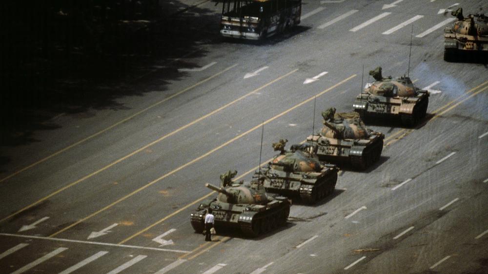 Photo de Stuart Franklin pendant le printemps de pékin en juin 1989. cette photo est célébre et à fait le tour du monde on y voit un étudioant stopant une colonne de char. cette photo est tout un symbole.