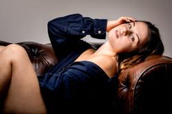shooting boudoir sur canapé en cuir