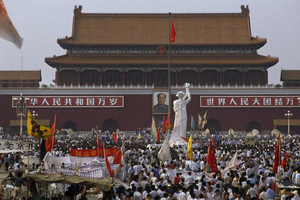 mise en place le la statue de la déesse de la démocratie face à l'empereur MAO pendant le printemps de pékin sur la place Tiananmen