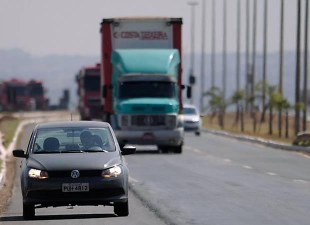 Motoristas deverão trafegar com farol baixo em estradas durante o dia
