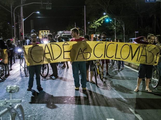 Faixa cobrava construção de ciclovias em Piracicaba durante protesto (Foto: Pietra Polo)