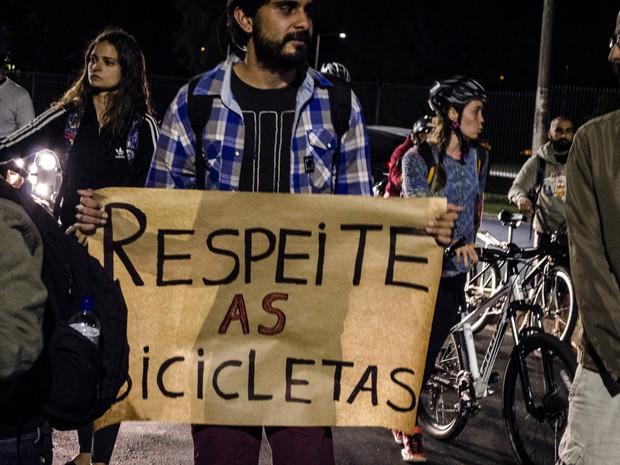 Durante ato, grupo pediu respeito aos ciclistas (Foto: Pietra Polo)