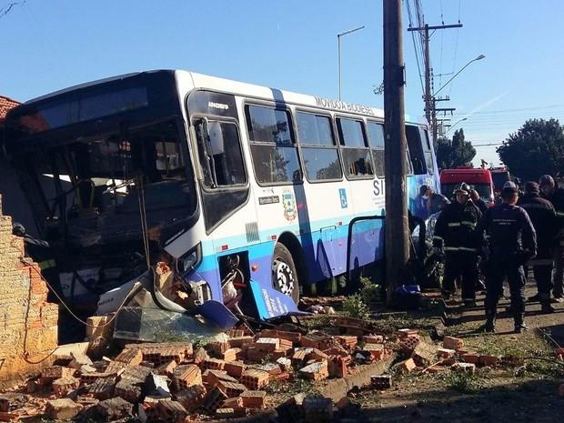Ônibus invadiu casa em Limeira, matou mulher e deixou criança ferida (Foto: Ricardo da Silva)