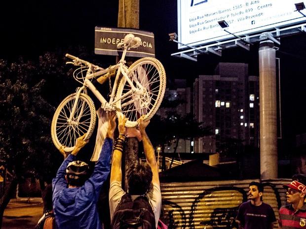 Com 'ghost bike', grupo lembrou morte de ciclista em avenida de Piracicaba (Foto: Pietra Polo)