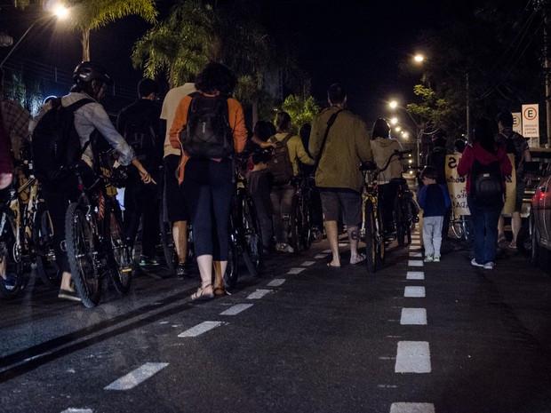 Protesto fechou uma das faixas da Avenida Independência em Piracicaba (Foto: Pietra Polo)