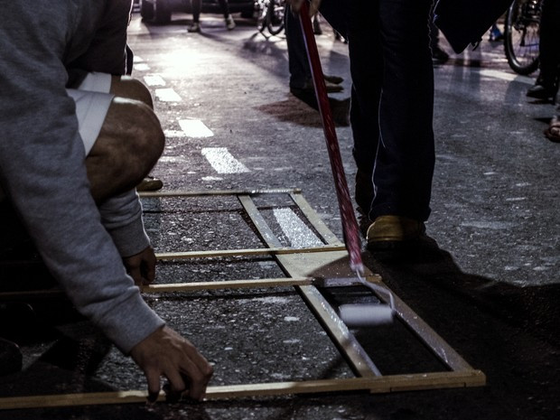 Manifestantes pintaram ciclofaixa em avenida de Piracicaba (Foto: Pietra Polo)