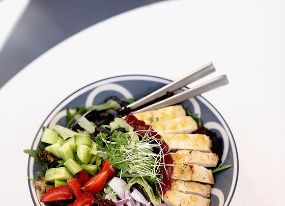 ბოულ სალათი დამარინადებული ქათმის ხორცით და კენკრით