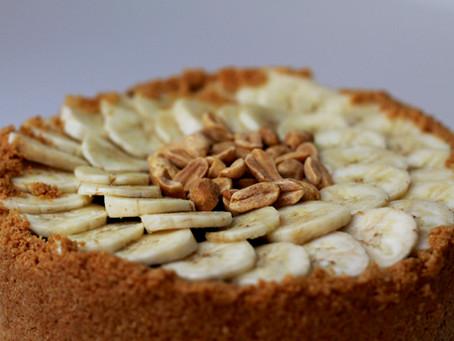 Torta vegana de pasta de amendoim, chocolate e banana