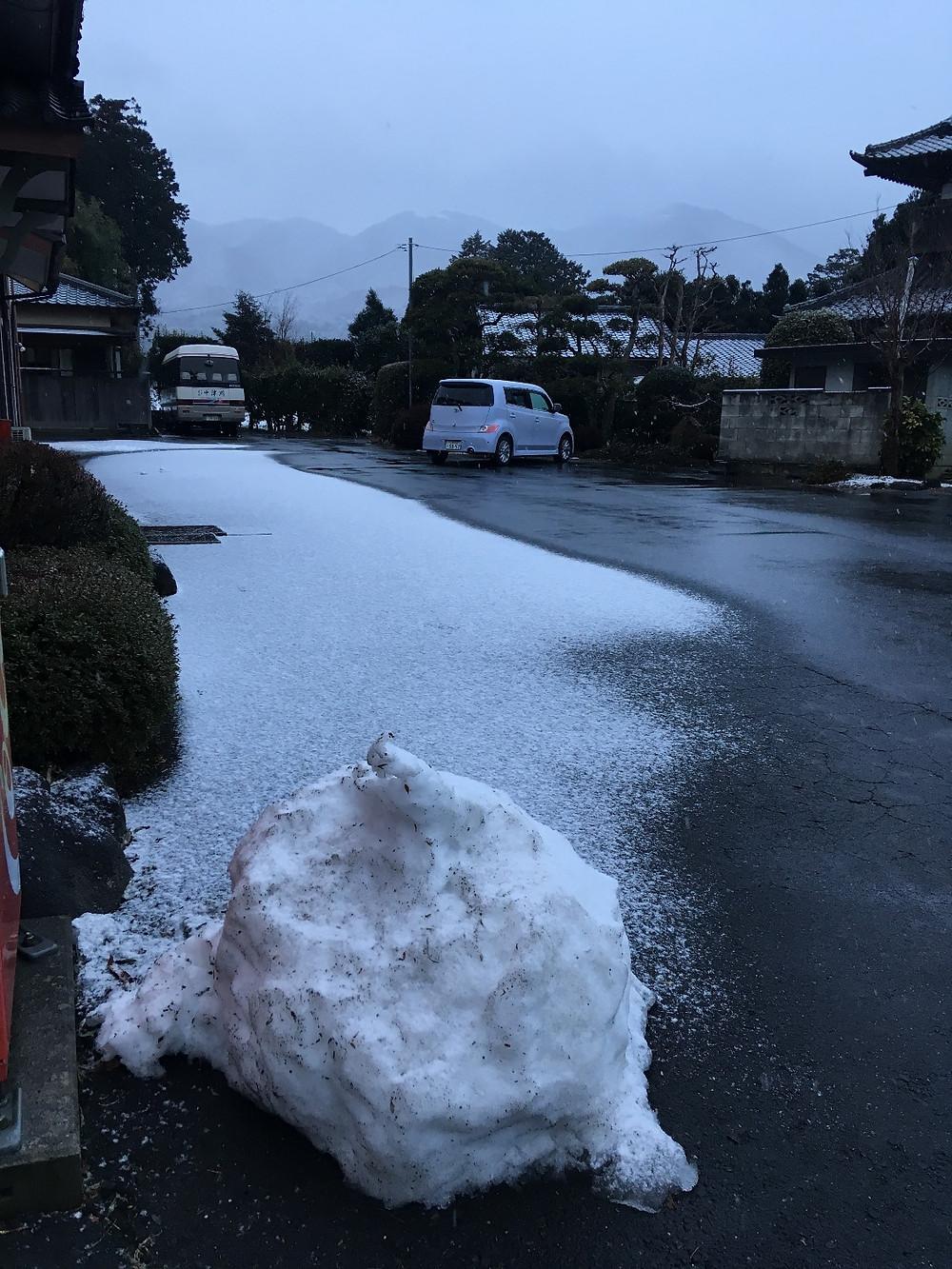 2月2日の雪少なめに積もった駐車場