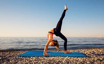 mujer yoga lago.jpg
