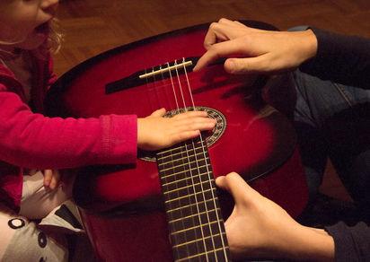 studio_mano sopra chitarra.jpg