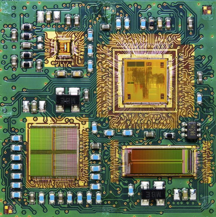 У этого MCM модуля четыре микросхемы и все на одной пластине!