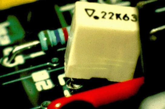 Поднятый компонент во время пайки волной припоя