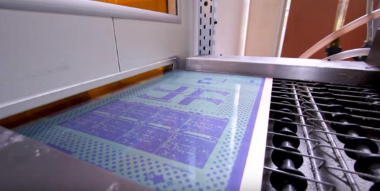 Изображения печатных плат ламинируются на медный слой
