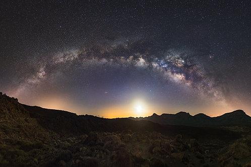 Droga Mleczna nad kalderą wulkanu Teide z wschodzącym Księżycem