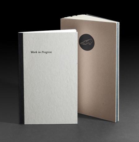 ספר בכריכה קשה, קרטון חשוף בחיתוך בלוק, הבד בשדרה יכול להיות חבוי או גלוי