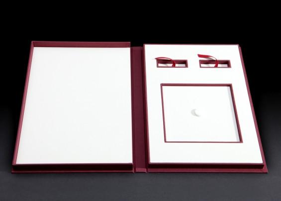 קופסא לעבודת וידאו, עם מקום לדיסק (CD), דיסק און קי (flash drive) ותעודת מקוריות.