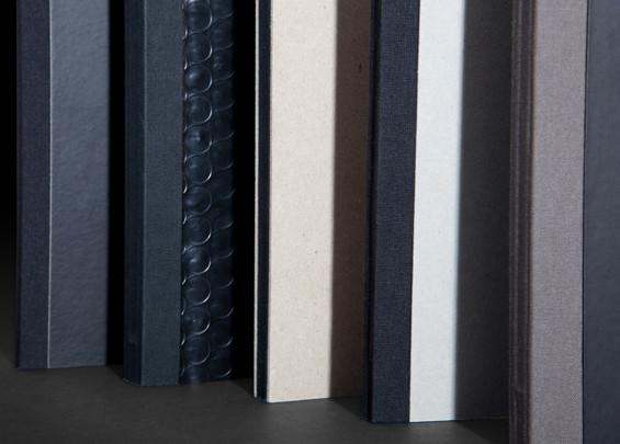 ספר בכריכה קשה, קרטון חשוף בחיתוך בלוק. (יחד עם הספר)