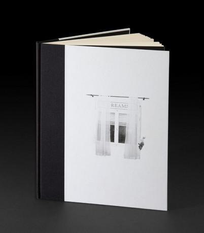 ספר בכריכה קשה, שילוב של בד בשדרה ונייר מודפס.
