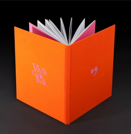ספר בכריכה קשה, בד כריכה והדפסת פלוק.